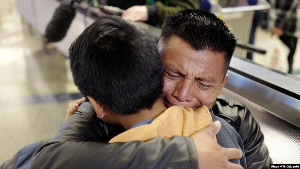 痴翱础慢速英语:628名儿童在美边境失散 寻亲仍在继续